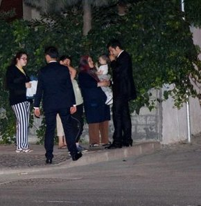 Kucağında çocuğuyla Başbakan'ı dakikalarca evinin önünde bekledi