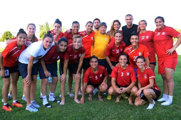 Burak Yılmaz, İzmir temsilcisinin Alaçatı sahasındaki antrenmanının ardından kadın futbolculara Şampiyonlar Ligi maçlarında başarılar diledi