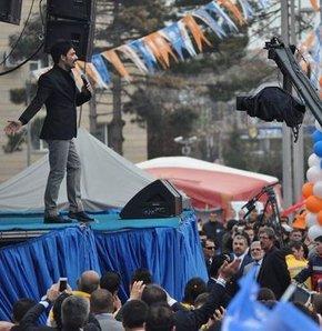 Cumhurbaşkanı adayı Başbakan Erdoğan'ın vizyon belgesini açıkladığı toplantıdaki konuşması öncesi sözü ve bestesi Uğur Işılak'a ait parça çalındı