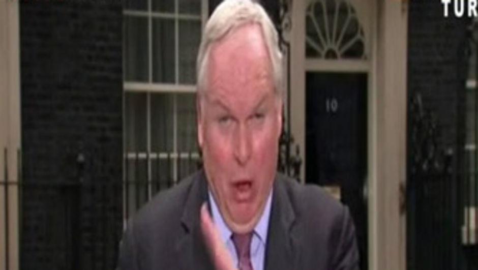 Muhabir canlı yayında sinek yuttu!