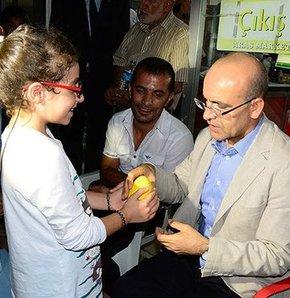 Bakan Şimşek'e 'Gazze' için kumbaralarını verdiler