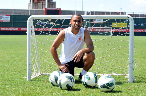 Tita, Süper Lig'in yeni ekibiyle 2 yıllık sözleşme imzaladı