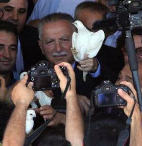 Cumhurbaşkanı adayı Ekmeleddin İhsanoğlu'nu taşıyan otobüsten Kürtçe selam!