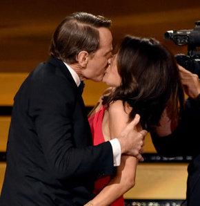 Ödül törenine damga vuran öpücük!