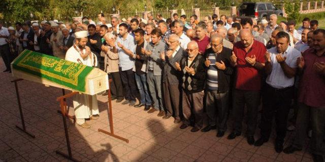 Otomobille sürüklenerek ölen damat Kastamonu'da toprağa verildi Bahşiş için öldürüldü Bahşiş yüzünden öldürülen damat defnedildi