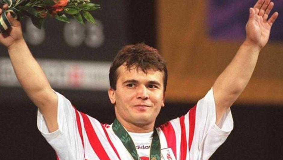 """1992 yılında Uluslararası Halter Basın Komisyonu tarafından """"Dünyanın En İyi Sporcusu"""" seçildi. Naim Süleymanoğlu hayatı,Naim Süleymanoğlu ödülleri ve daha fazla bilgiyi haberturk.com'da bulabilirsiniz"""