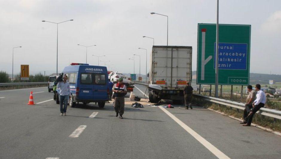 Otobanda facia! - Otomobil park halindeki TIR'a çarptı: 3 ölü