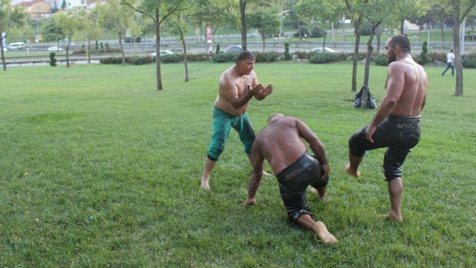 İstanbul Beyoğlu'nda antrenman yapacak yer bulamayan güreşçiler Yol kenarında yağlı güreş antrenmanı yaptılar