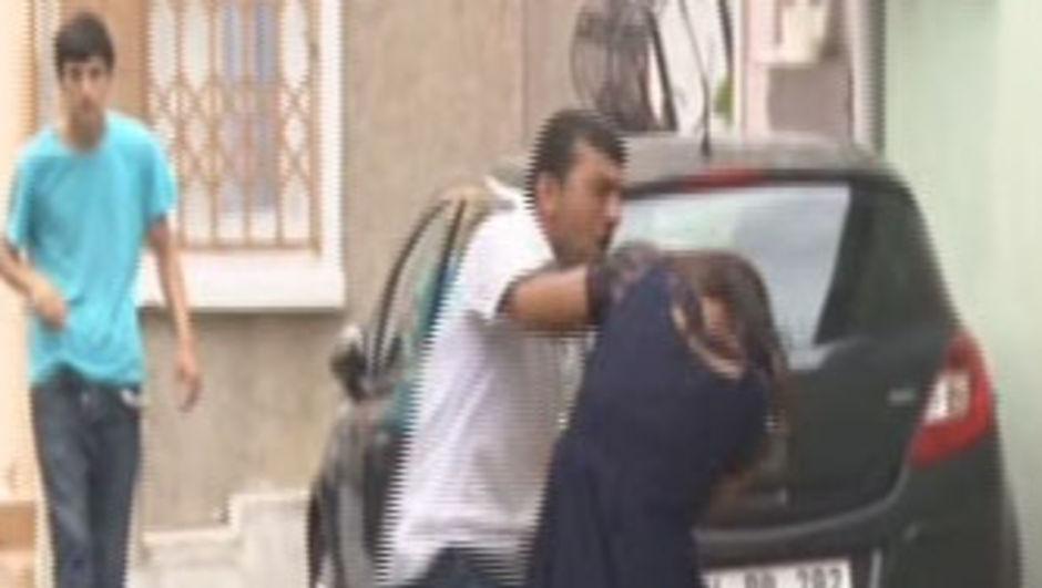 Hamile karısını dakikalarca sokak ortasında öyle dövdü!