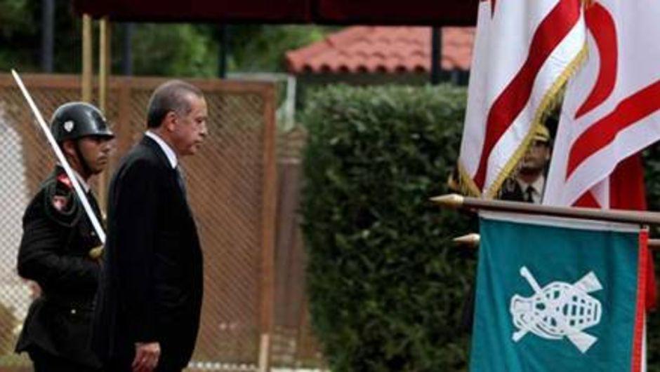 Rum Yönetimi, Cumhurbaşkanı Recep Tayyip Erdoğan'ın dünkü ziyaretinde Kıbrıs müzakerelerinin parametreleri dışına çıkarak 2 bağımsız devlete dayalı bir çözüm istediğini öne sürerek, bu tutumu eleştirdi.
