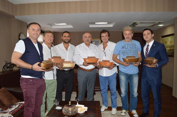 Eski milli futbolculardan Tanju Çolak, Hami Mandıralı, Hasan Şaş, Hasan Vezir, Ali Gültiken ve Semih Yuvakuran katıldılar.