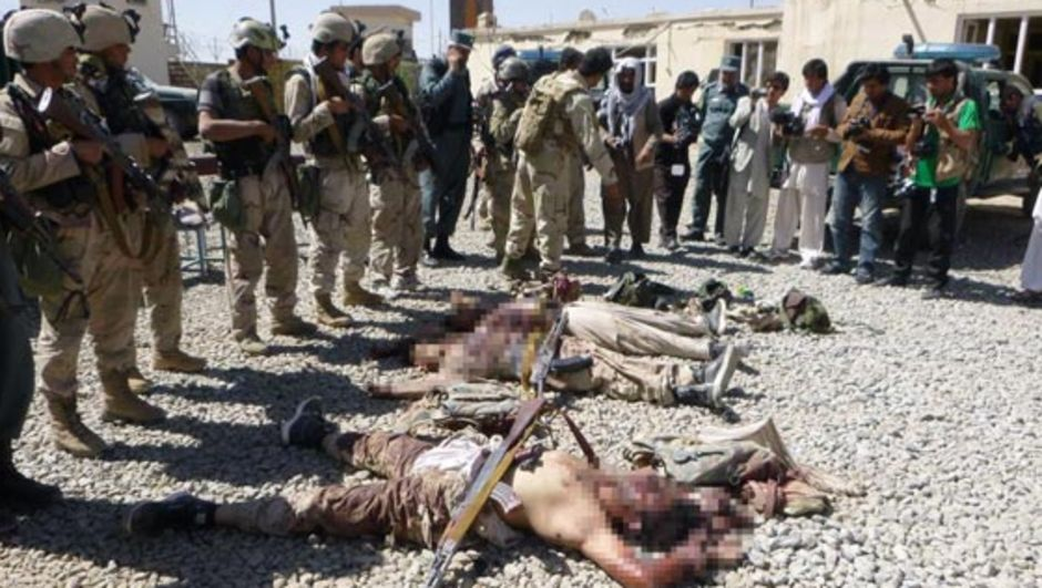 Afganistan'ın Gazne kentinde Taliban'ın, aralarında istihbarat binasının da bulunduğu devlet kurumlarına düzenlediği silahlı ve bombalı saldırıda ölenlerin sayısı 19'a, yaralananların sayısı 136'ye yükseldi.