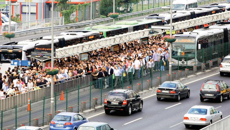 """TÜBİTAK'ın İETT için gerçekleştirdiği """"Metrobüsün Kapasite Artırımı ve Esnek Toplu Ulaşım Modeli"""" projesi kapsamında uygulanan toplu ulaşım modeliyle metrobüsteki yolcu yoğunluğu ve bekleme süresi azaldı."""