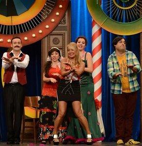 Yonca Evcimik, Güldür Güldür Show sahnesinde!