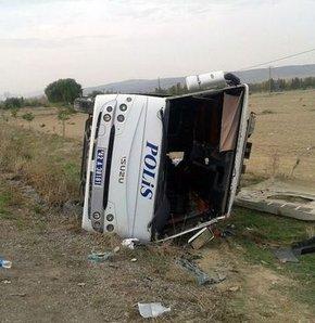 Çevik Kuvvet polislerini taşıyan otobüs devrildi