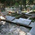 Mezar taşları üzerindeki pirinç yazıları çaldılar