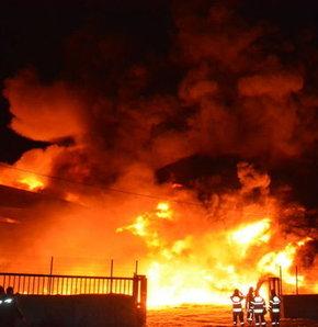 İzmir'de kokutan fabrika yangını