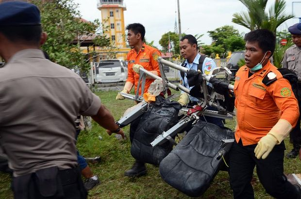 Endonezya'da düşen uçağın enkazına ait parçalar sergilendi