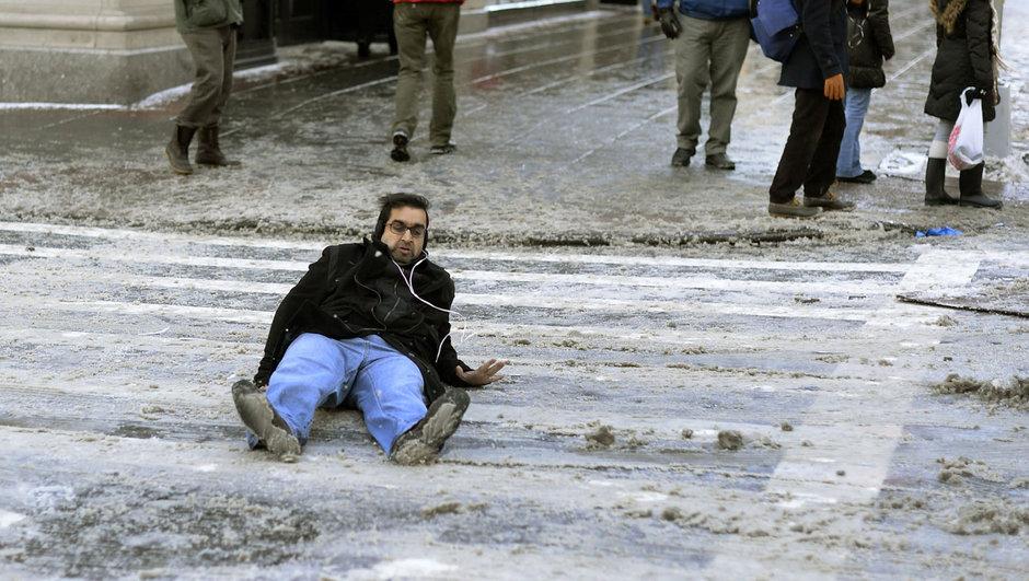 İşte karlı yolda düşmeden yürümenin püf noktası!