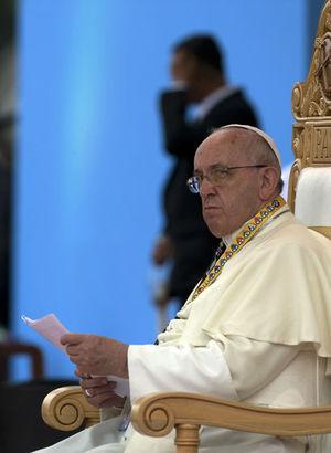 Papa'yı görebilmek için geceyi sokakta geçirdiler!