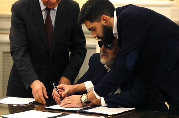Yunanistan'da sağlık bakanı görme engelli milletvekili Korumblis oldu.