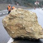 Zonguldak'ta dev kayalar otoyola düştü