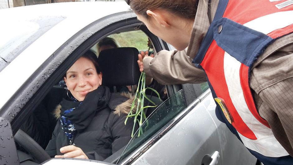 İstanbul İl Jandarma Komutanlığı,  yolcuların sevgililer gününü kutladı, karanfil