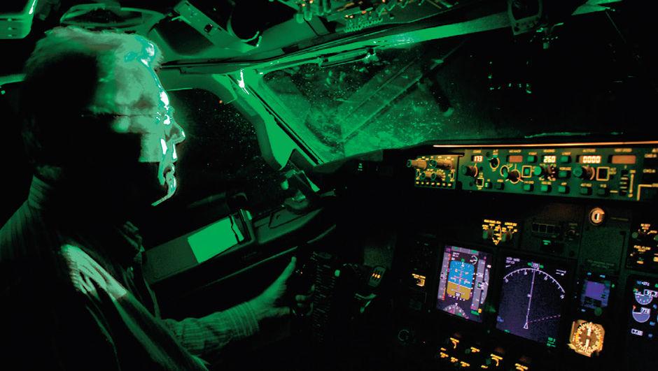 İstanbul Atatürk Havalimanı'nda uçağa gemiden lazer