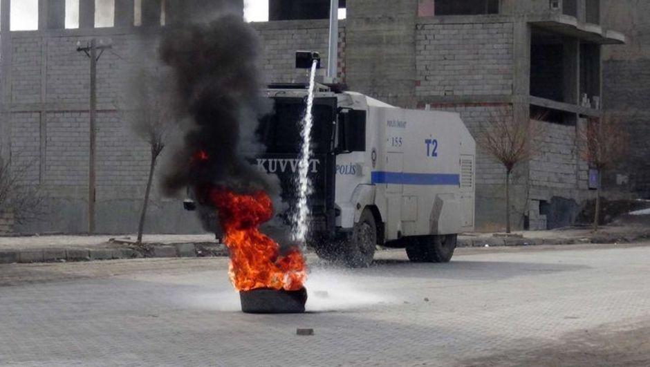 Ağrı'da polise ses bombalı saldırı