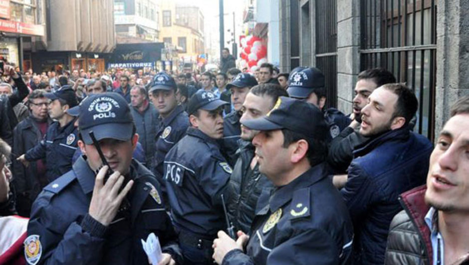 Alkollü genç, Özgecan protestosuna katılan kadınları çileden çıkardı Trabzon, Özgecan Aslan, Mersin, Tarsus