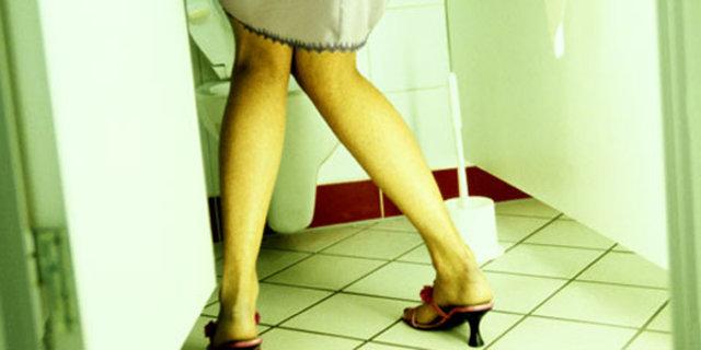 Prof. Dr. Oktay Demirkesen, kadınlarda idrar kaçırma probleminin iş hayatını olumsuz etkilediğini belirtiyor
