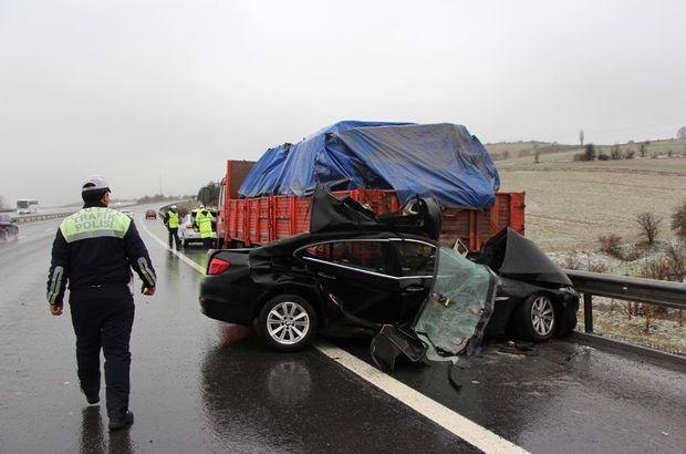 Bolu'da otomobil, emniyet şeridindeki kamyonete çarptı: 2 ölü, 1 yaralı