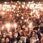 Danimarka'nın başkenti Kopenhag'da önceki gece on binlerce kişi, hafta sonu düzenlenen saldırılarda ölen 2 kişiyi andı
