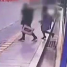 Güney Kore'de bir çift çöken kaldırımın içine düştü