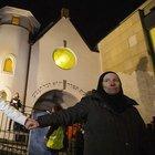 Müslümanlar sinagog çevresinde el ele