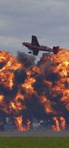 Avusturalya'da akrobasi uçaklarının alev topları arasında gösteri uçuşu