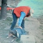 Çorum'da bir vatandaş nehirden çıkan köpeğin üzerine ceketini örttü