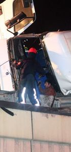 Devrilen kamyonun içerisinde 2,5 saat kurtarılmayı bekledi