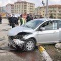 Otomobil polis aracına çarptı: 3 polis yaralı