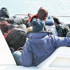 Kayalıklarda botları batan kaçakları Sahil Güvenlik kurtardı