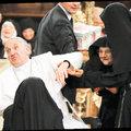 Papa rahibelerin elinden zor kurtuldu