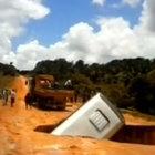 Brezilya'da bir otobüs çöken yolun içinde kayboldu!