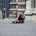 Yaşlı adam pis su birikintisinde elbisesini yıkadı
