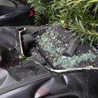 Beyoğlu'nda 5 metrelik istinat duvarından aracın üstüne düşen vatandaş yaralandı