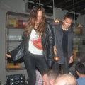 Bar tezgahı üzerinde dans şov!