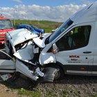 Uşak'ta, otomobil ile minübüsün çarpışması sonucu  2 kişi yaşamını yitirdi, 1 kişi yaralandı.