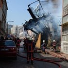 Fatih'te yangına müdahale eden itfaiye erleri ölümden döndü