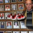 Ölenlerin fotoğraflarını kahvehanesine asıyor