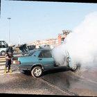 Maltepe'de otomobil yandı trafik felç oldu
