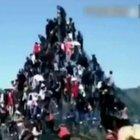 100 kişinin tırmandığı piramit böyle çöktü!